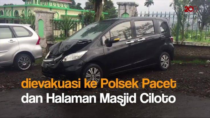 Bangkai bus Kitrans yang terjun ke perkebunan warga sedalam 15 meter usai menghantam sejumlah kendaraan di Jalur Puncak, Ds Ciloto, Jawa Barat, dievakuasi. Tonton videonya di sini: -------------------------------------- Jangan sampai ketinggalan konten video menarik lainnya. Yuk, follow dan like fanpage Facebook detikcom dan 20detik