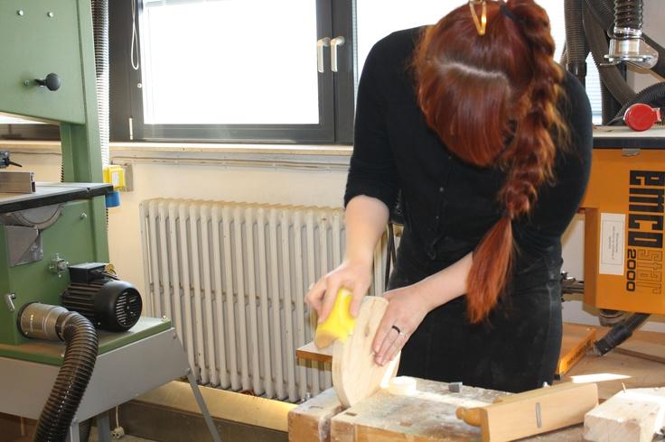 Katrine er ved at lave en rund væv