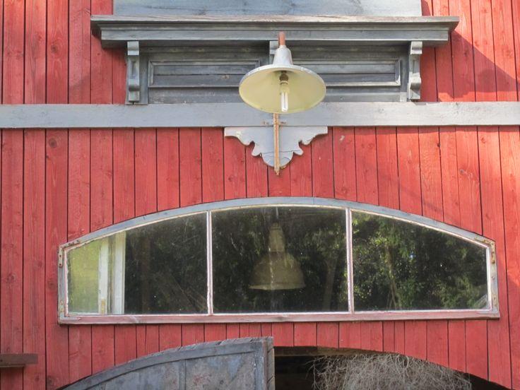 Vanha oven yläpuolinen ikkuna