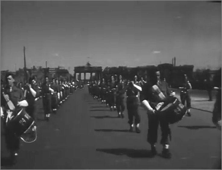Военный оркестр марширует на параде. Берлин, Германия, 8 мая 1946 года.