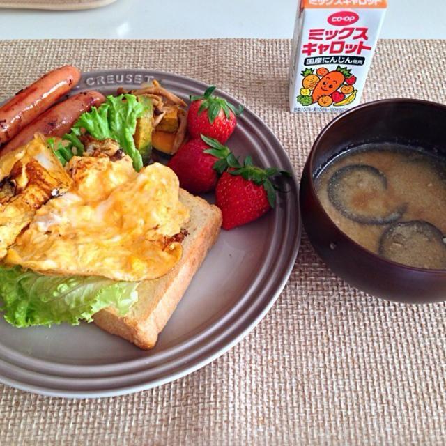 私はトースト気分だったのでこちらを朝食に。 - 14件のもぐもぐ - 卵トースト ウインナー かぼちゃとしめじのガーリックソテー 茄子の胡麻味噌汁 イチゴ by nyaromechan