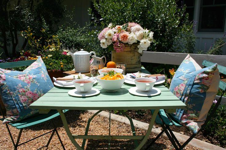 Párnázatos reggeli a kertben