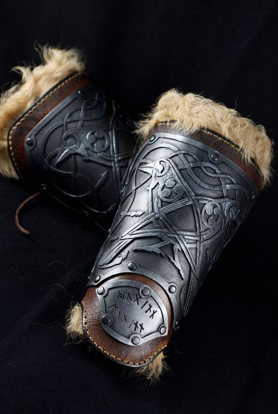 Viking leather and resin bracers, own design with Odin crows.  This item includes A PAIR of viking bracers and A PAIR of fur bracers. Hand-made leather bracers with a flexible resin plate. This resin have a great resistance to impact, reduced weigth and is very confortable to wear, so is very safe to larp, scenic figth, action scenes...  Fur bracers are independent so you have three different options to wear them: only fur, fur and leather or only leather.  All of them are attached with…