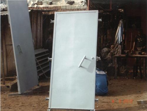 Un portillon métallique blindé, pouvant servir de porte d'entrée si vous voulez sécuriser vos locaux.