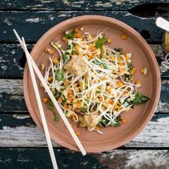 Sojasprossen-Salat mit Erdnuss-Sauce Sojasprossen-Salat mit Erdnuss-Sauce ist eines der einfachsten Gerichte, das die vegan asiatische Küche zu bieten hat. Gesundes, das jeder essen & kochen kann. Peace & Soul Food at its best!