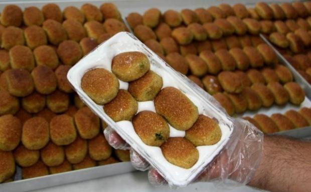 MERSİN Ramazana özgü bir tatlı olarak üretilmeye başlanan ancak son yıllarda yılın 12 ayı tüketilen kerebiç, ramazanda da yoğun ilgi görüyor. Sırrı köpüğünde saklı olan kerebiç, irmik, ceviz veya Antep fıstığı ile şekerden yapılıyor. Genelde kurabiye ve içli köfteyi andıran ve içerisinde Antep fıstığı ile ceviz bulunan kerebice, sindirimi kolaylaştıran Çöven otundan elde edilen süt görünümlü köpük ayrı bir tat veriyor.