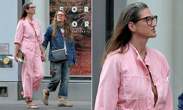 On Sunday, Jenna was spotted walking around New York City hand-in-hand with her partner, Courtney Crangi.