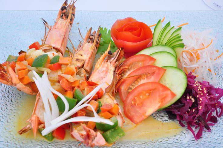 Máte chuť na sushi? Doporučujeme Vám křupavé tygří krevety se sladkou curry omáčkou, koriandrem, karotkou, cibulkou a zdobené čerstvou bazalkou v Saiko Cuisine v Pytloun Design Hotelu**** v Liberci. #pytloun #liberec #restaurant #saikocuisine #asiancuisine #shrimps #blacktigershrimps #crispyshrimps #curry #timeforlunch #delicious #tasty #designhotel