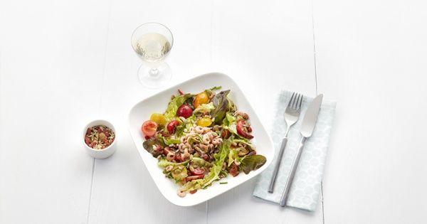 Salade van garnalen, gekleurde kerstomaten en gezonde pitten
