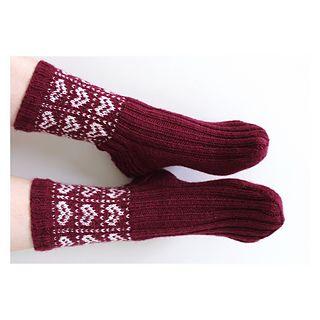 Herttaiset kirjoneulesukat helpolla sydänkuviolla. Joustinneuleen ansiosta sukka istuu hyvin jalkaan.