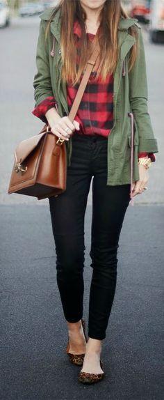 Keep the look simple with a cargo jacket & a leather cross-body bag.   Empezamos con unos jeans negros y una camisa de cuadros negros y rojos al estilo leñador, le añadimos unas bailarinas con animal print y una parca verde militar. Y para terminar un bolso en cuero marrón. Si quieres puedes añadir unos abalorios en color dorado, pero pocos, no hay que sobrecargar el estilismo.