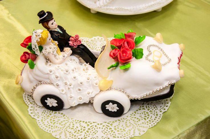 Bryllupskake laget som en bil med brudeparet oppi  http://kakene.no