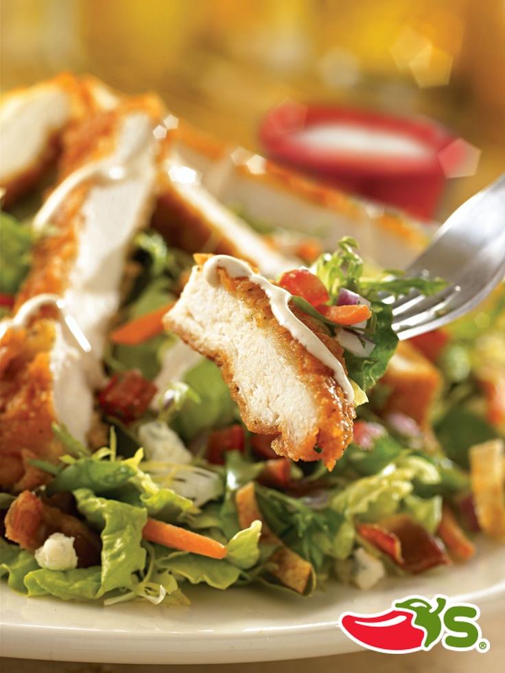 Boneless Buffalo Chicken Salad - Deliciosa ensalada con una pechuga empanizada en tiras, bañada en salsa buffalo picante, tocineta ahumada, trocitos de queso azul, tiras de tortilla frita, pico de gallo y aderezo ranch.