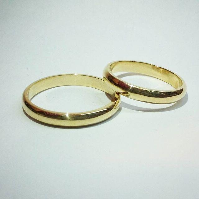 Argollas de matrimonio corte inglés de oro 18k.   #escuelajoyeriacdc #joyeriachilena #joyas #instasantiago #instachile #chilegram #wedding #argollasmatrimonio #weddingring #madeinchile #hechoamano #novios #noviaschile #novioschile #chile