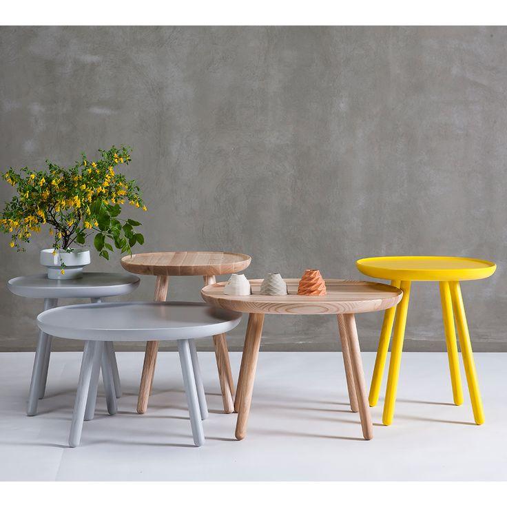 Naive side table, L610 By EMKO I tavolini Naive sono disponibili in 3 misure, ciascuna intagliata da un unico pezzo di massello di frassino. Una forma tra un quadrato e un cerchio crea un aspetto morbido e accogliente e facilmente adattabile a qualsiasi tipo di ambiente. I tavolini Naivepossono essere facilmente assemblati, semplicemente avvitando le gambe. Sono belli siada soli, che in una composizione tutti e tre insieme.  Dimensioni608 x 405 x H 375mm