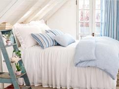 Slaapkamer met romantische uitstraling. Slaapkamer met rustige kleuren. Leuk idee een trap als opbergplek. www.laylagrayce.com