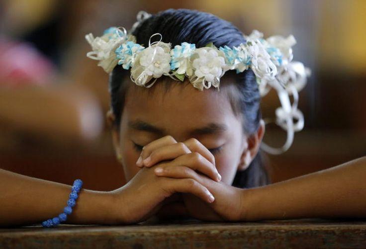 """Gebete erhört: Der Taifun """"Maysak"""" hat die Philippinen erreicht, sich dort aber spürbar abgeschwächt. Der Wirbelsturm traf am Sonntag mit Windgeschwindigkeiten von 55 Stundenkilometern an der Nordostküste der Insel Luzon auf Land, wie der philippinische Wetterdienst mitteilte. Damit hätten sich die meisten Sorgen in Luft aufgelöst, Gebete, dass nichts Schlimmeres passieren würde, wurden erhört. Mehr Bilder des Tages auf: http://www.nachrichten.at/nachrichten/bilder_des_tages/ (Bild: epa)"""