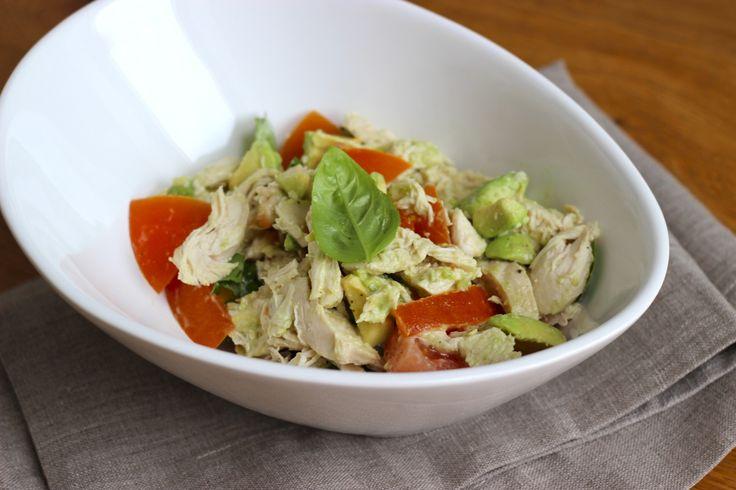"""Kip, avocado en tomaat is een frisse, heerlijk zomerse combinatie. En dan niet te vergeten een yoghurt-sinaasappeldressing erbij, die overigens heel gemakkelijk is om te maken. De zoete sinaasappelsmaak met een licht 'bittertje' en gekookte kip is heerlijk in een zonnige salade. En heb jij wel eens kip gepocheerd? Dit... <a href=""""http://cottonandcream.nl/kipsalade-met-avocado-en-yoghurt-sinaasappeldressing/"""">Read More →</a>"""