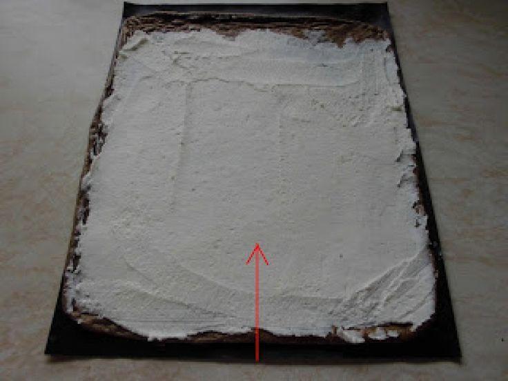 Jednoduchá tvarohová roláda bez mouky, krok 3: Na hotový vychladlý korpus  namažeme náplň a srolujeme z užší strany.
