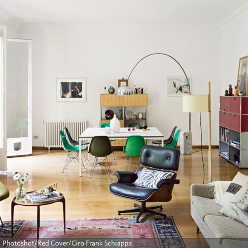 Der dunkelbraune Lederessel im Retro-Stil bildet den Ruhepol inmitten der farbenfrohen Einrichtung dieses Wohnzimmers. Durch die grünen Stühle wird der Essbereich…