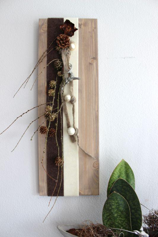 winterliche wanddeko holzbrett dekoriert mit filzb ndern kugeln nat rlichen materialien und. Black Bedroom Furniture Sets. Home Design Ideas