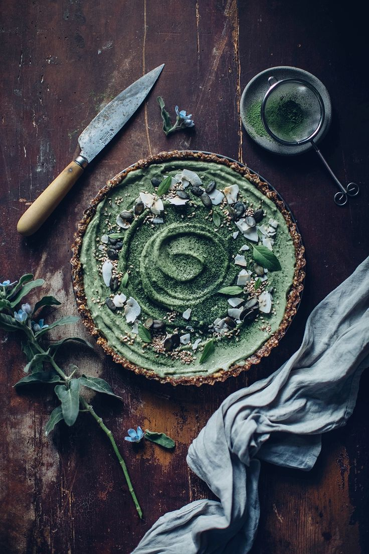 Get the recipe for the best gluten-free and vegan matcha-coconut-tart with delcicious matcha tea from Paper & Tea. And it's also refined sugar free!