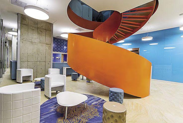 En el vestíbulo donde la escalera es el punto focal, están presentes los tapetes de Square Foot y los muebles de Metalmobil.