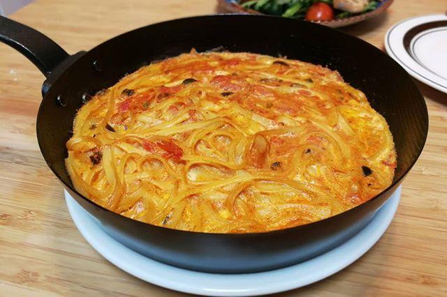 晩御飯は昼ごはんのプッタネスカの残りを使って、パスタのフリッタータ。卵とすりおろしたチーズにパスタを合わせて、オーブンで焼くだけ😎 .  #meallog #food #foodporn #cooking #tw #👓作