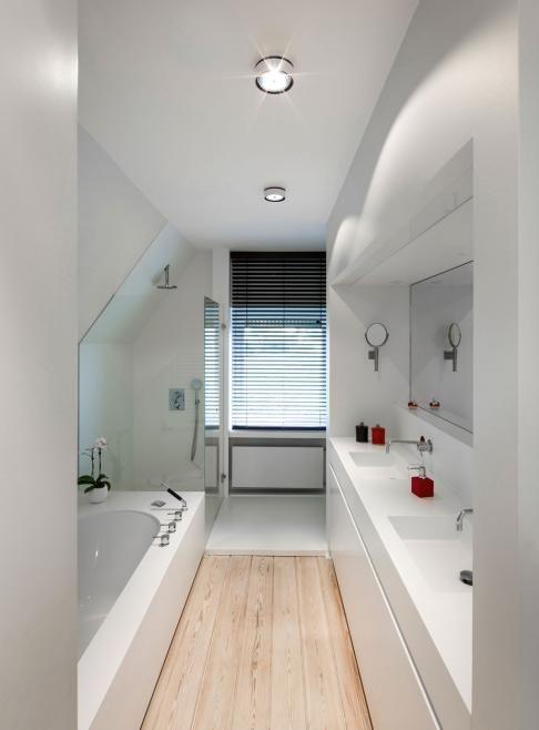 Mooie oplossing voor lange smalle badkamer #RTLwoonmagazine
