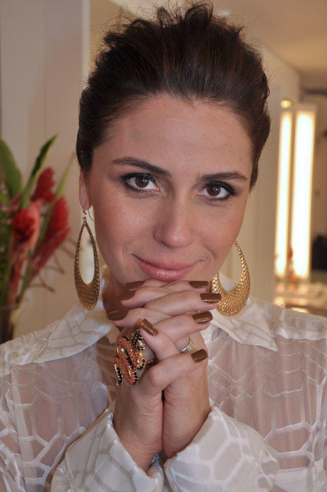 A atriz Giovanna Antonelli lançou sua primeira linha de esmaltes e antes da apresentação, que aconteceu na Nails Fashion Week, a atriz veio se arrumar aqui no Marcos Proença Cabeleireiros.