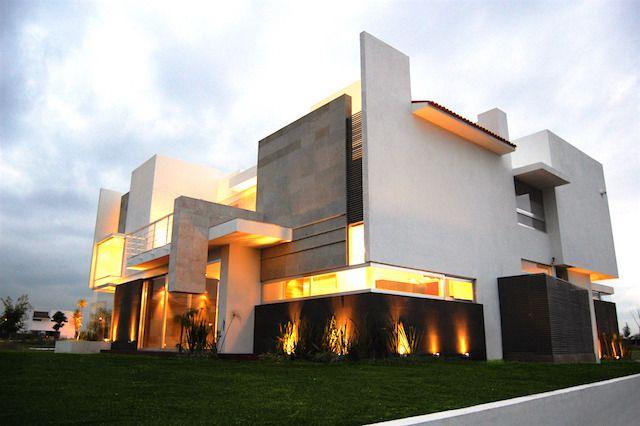 Extraordinaria propiedad: Casa Córdova, sofisticada y moderna. El Campanario Residencial & Golf  EN RENTA Terreno 701 m2 / Construcción 428 m2  • 3 Habitaciones • Cochera para 2 autoa  • Cocina totalmente equipada • Ubicada frente al parque  Oficina.+52 (442) 2.45.61.62