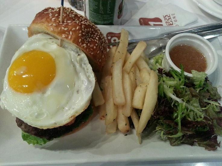 여기 카페의 식빵이나 햄버거 브레드를 데니쉬브레드를 사용하는게 특징이네요! 햄버거 세트$78 맛있어요! #1233852 food