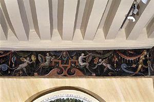 Frise peinte de grotesques- DECOR INTERIEUR, 11: Il convient de ne pas négliger l'attirance dont fit preuve Anne de Montmorency pour la sculpture et la peinture. La 1° est cause de l'aménagement de la façade sur cour de l'aile Sud, puisque le portique a été élevé pour les Esclaves de Michel-Ange. Une importante collection de bustes romains étaient disposés à l'intérieur, et 4 d'entre eux sont toujours présents à Ecouen.