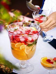 Vit sangria är sommarbålen nummer ett! Gott, fräsch och perfekt som välkomstdrink på grillfesten. Allt du behöver är vitt vin, rom, Sprite och blandade citrusfrukter och bär.