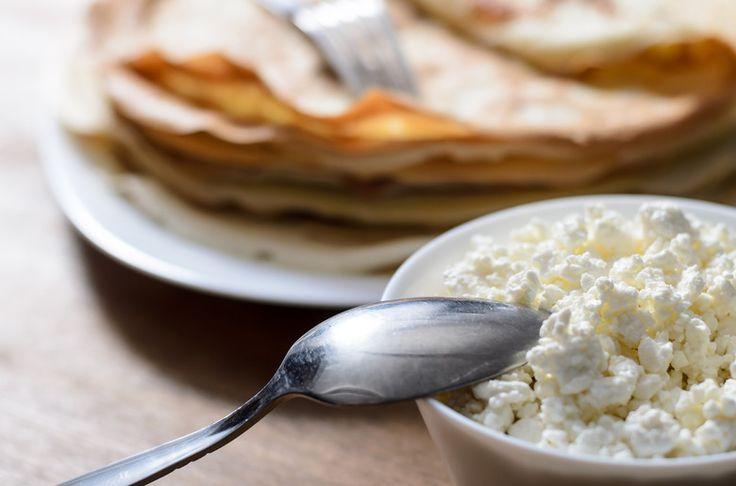 Naleśniki bez jajek z chudym twarogiem  Składniki:      6 łyżek pełnoziarnistej mąki żytniej     2 łyżki płatków owsianych     Szklanka kefiru     Szczypta soli     Oliwa z oliwek do smażenia  Przygotowanie:  W przygotowaniu naleśników możemy użyć mąki owsianej, ale tańszym rozwiązaniem jest zmielenie płatków. Do połączonych suchych składników dodajemy stopniowo kefir i miksujemy aż do uzyskania konsystencji gęstej śmietany. Tak przygotowane ciasto wylewamy i smażymy porcjami na ...