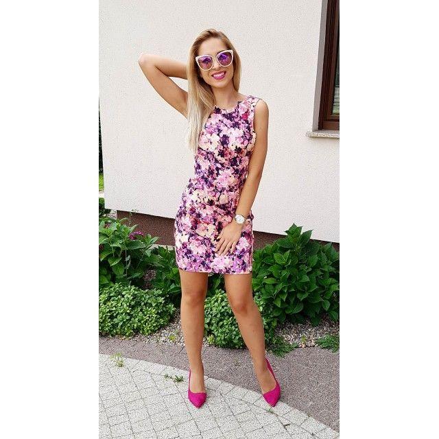 Sukienka z głębokim dekoltem na plecach różowe kwiaty