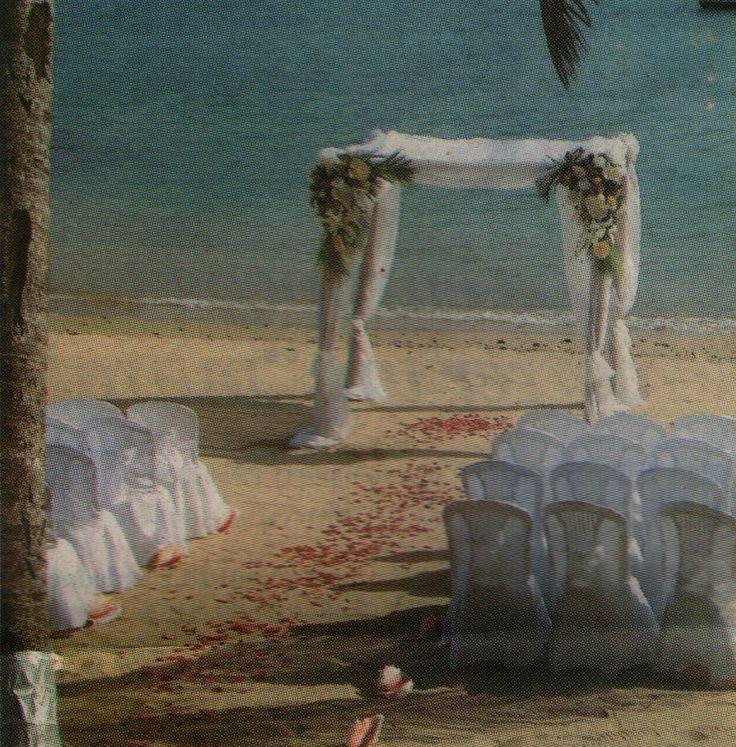 """Las Bodas frente al mar, Son un buen negocio  La mayor parte de los clientes provienen de los Estados Unidos y del Reino Unido  El gusto por casarse frente a la playa ha generado en los últimos años, sobre todo en el Caribe, un negocio atractivo para el sector hotelero.  """"En nuestras instalaciones hay hasta cinco bodas al día, incluso en día martes, cuando se dice que """"ni te cases ni te embarques"""". Los días con mayor número de bodas son sábados y domingos."""