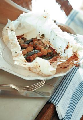 Σαρδέλες στο χαρτί με ολόκληρα κρεμμυδάκια