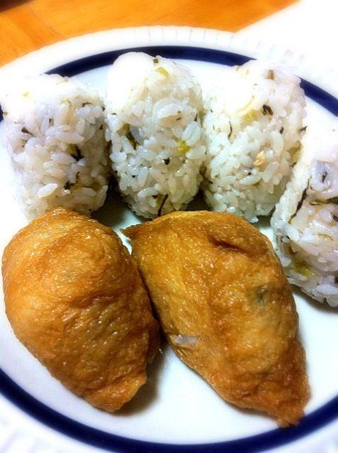 中身は大根葉の混ぜ寿司。メカブとオクラのネバネバ蕎麦 写真撮るのも忘れて 即!!食べちゃった - 2件のもぐもぐ - いなり寿司 by chloe2
