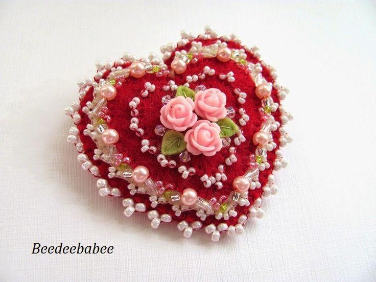 broche de coração vermelho