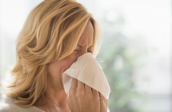 image #002m5c15 Woman blowing nose #photo #image #femme #rhinite
