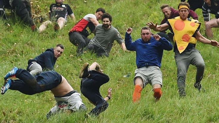 Cheese-rolling spectators gather for Cooper's Hill tradition - BBC News