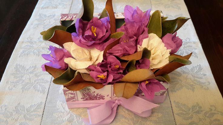 Centrotavola con fiori di carta crespa