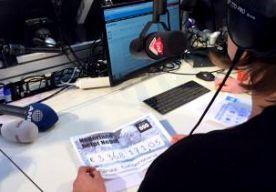 1-May-2015 7:54 - EERSTE TUSSENSTAND: 3.368.171,05. Er is tot nu toe tijdens de actiedag voor Nepal 3.368.171,05 euro opgehaald. Dat maakte minister Ploumen bekend op Radio 2. De zender besteedt de hele dag aandacht aan de zware aardbeving in Nepal, waardoor zeker 6100 mensen om het leven kwamen. Veel programma's van de publieke omroep, RTL en SBS doen mee aan 'Nederland helpt Nepal'. Vanmorgen om 06.00 uur was de aftrap. Mensen kunnen doneren op Giro 555, dat bankrekeningnummer...