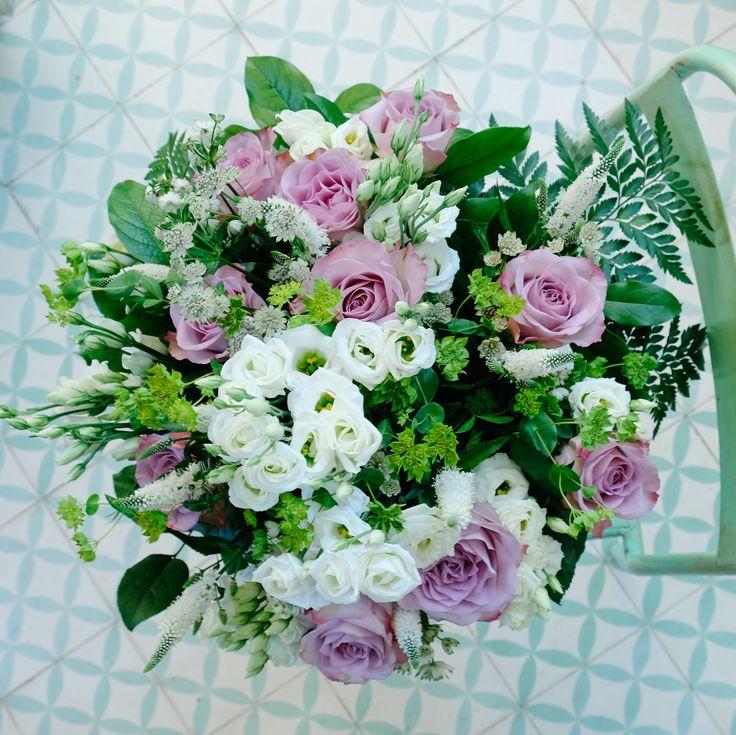 La dulzura y el romanticismo se unen en este ramo de flores compuesto por rosas, verónicas, astrantia, lysanthius y buplerum. Violeta es un ramo romántico compuesto por flores que destacan por su elegancia natural, en tonos violáceos, blancos y rosa palo combinados en una gama de colores suaves y románticos.