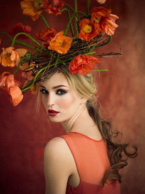 Modefotografen Ann Street Studio har fotograferat den här härliga blomsterkronan i varma färger.