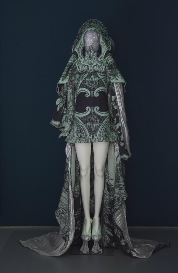 Jurk, masker en schoenen uit Couture Collectie 'Irradiance voorjaar 2011' | Modemuze