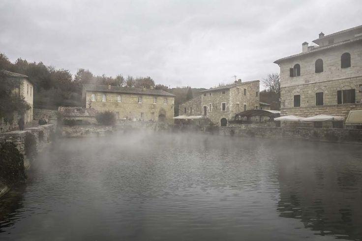 Bagno Vignoni, la vasca termale al centro del paese.