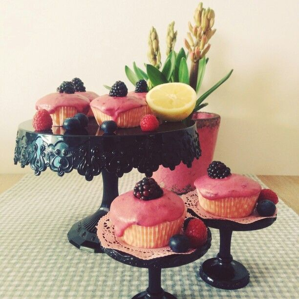 Lemon Blackberry Cupcakes #ichbackealsobinich #bakemyday #lauraheartbake #lemon #blackberry #cupcakes