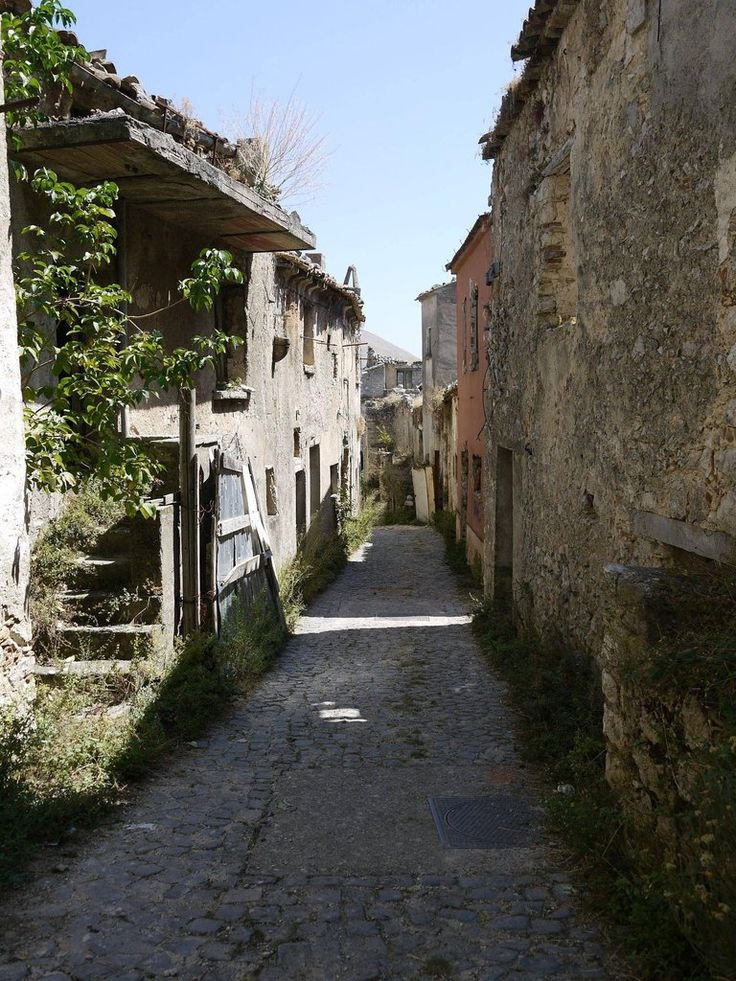 Abandoned towns in southern italy abandoned pinterest for Abandoned neighborhoods in america